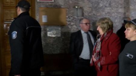 Шефката на ТЕЛК – Ловеч д-р Донка Минкова, която беше задържана с обвинение за подкуп, пред залата на Великотърновския апелативен съд