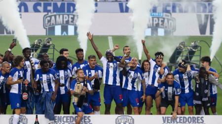 Футболистите на Порто ликуват след спечелването на първенството.
