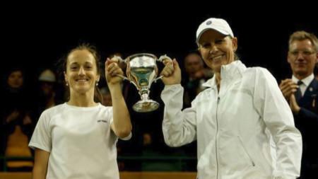 Маги Малеева и Рене Стъбс с купата на шампионките през 2015 г.