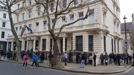 Българи чакат пред посолството в Лондон за да дадат гласа си във вота на 4 април (архив)