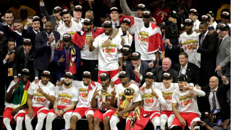 Баскетболистите на Торонто Раптърс позират с трофеите.