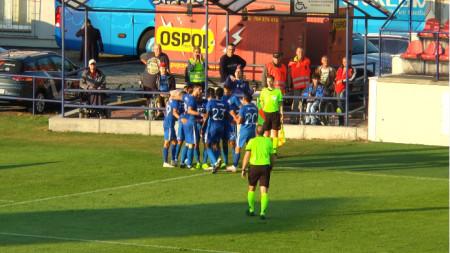 Футболистите на Левски ликуват след първия гол в Словакия.