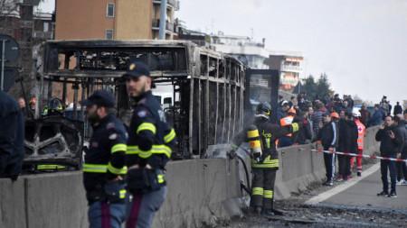 Подпаленият автобус край Милано.