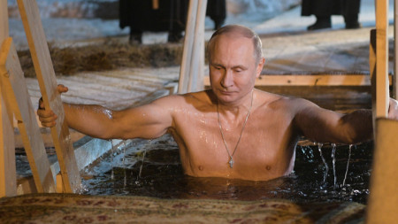 Руският президент Владимир Путин години наред се потопя в ледените води за Кръщение Господне.