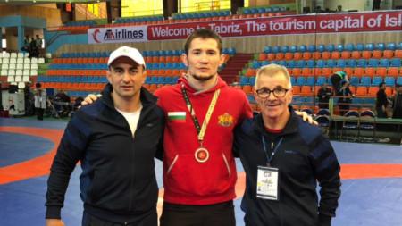 Али Умарпашаев (в средата) записа 2 категорични победи.