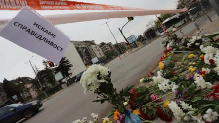 """Приятели, колеги и минувачи оставиха цветя, свещи и надпис """"Искаме справедливост"""" на мястото, където при тежка катастрофа загина известният журналист Милен Цветков."""