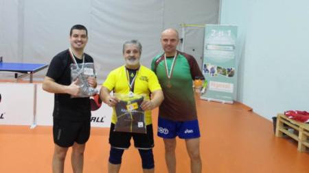 Петър Тодоров (с жълтата фланелка) победи на финала Пенчо Иванов (вляво).