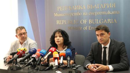"""Enerji Bakanlığı binasında Bakan Temenujka Petkova'nın """"Belene"""" NES ile ilgili düzenlediği brifing toplantısı esnasında. Fotoğrafta: Bulgaristan Enerji Holdingi (BEH) Müdürü Jacqueline Cohen,Enerji Bakanı Temenujka Petkova ve Ulusal Elektrik Şirketi (NEK) Genel Müdürü İvan Yonçev"""