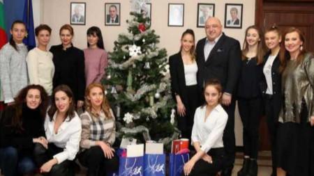Гимнастичките с коледен подарък за министър Кралев