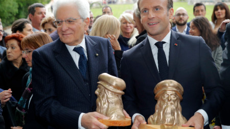"""Президентите Еманюел Макрон и Серджо Матарела държат скулптури на Леонардо да Винчи в замъка """"Кло Люсе"""" в град Амбоаз, където Леонардо да Винчи прекарва последните дни от живота си."""