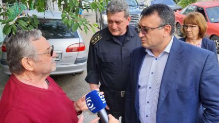Министърът на вътрешните работи Младен Маринов посети Казанлък и се срещна със семейството, чиято къща бе почти унищожена от мълния.