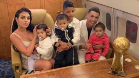 Роналдо със семейството си.