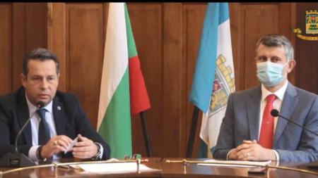 Заместник-кметовете Тодор Чонов (вляво) и Георги Титюков по време на онлайн отчета си