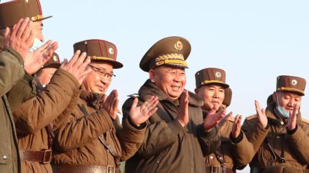 Севернокорейски военни аплодират изстрелването нов тип тактически управляема ракета на 25 март 2021 г.