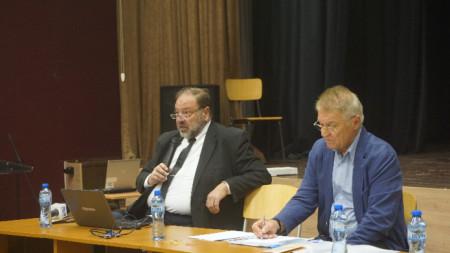 Д-р Николай Шарков /вляво/ представи Националната програма за профилактика на оралните заболявания при децата.