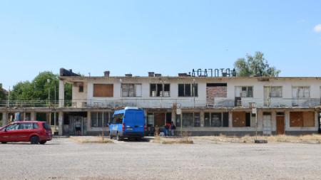 Много търговци излагат стоката си в района около автогарата във Вършец