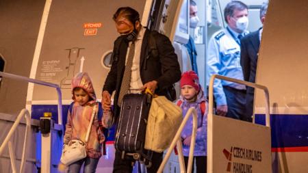 """Дипломати от чешкото посолство в Москва със семействата си пристигат на Летище """"Вацлав Хавел"""" в Прага, Чехия, 19 април 2021 г."""