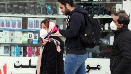 Mинувачи в центъра на Техеран с маски, като предпазна мярка срещу коронавируса