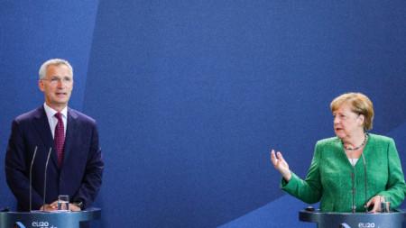 Ангела Меркел с шефа на НАТО Йенс Столтенберг.