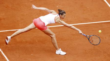 Каролина Плишкова загуби сет, но продължава в Париж.