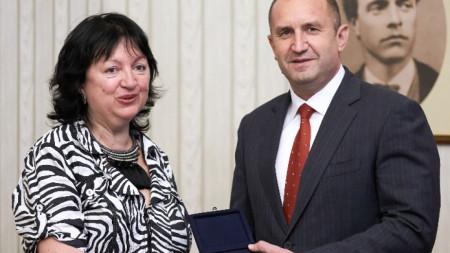 Президентът Румен Радев и председателят на Управителния съвет на СБЖ Снежана Тодорова на срещата им в президентството.
