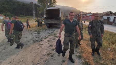 Военни се включиха в потушаването на пламъците край Твърдица.