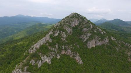 """Връх Драговски камък отдалеч наподобява пирамида, затова го наричат още """"Трънският Матерхорн""""."""
