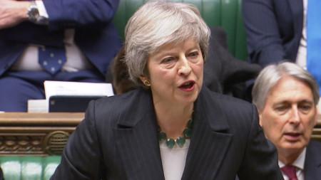 Премиерът Тереза Мей защитава  постигнатото проектоспоразумение за Брекзит в британския парламент.