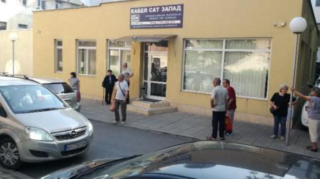 """Клиенти на """"Кабел САТ-Запад""""  пред офиса на кабелния тв оператор в Кюстендил."""