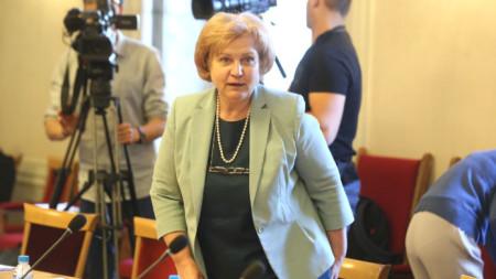 Председателят на бюджетната комисия Менда Стоянова на заседанието ѝ.