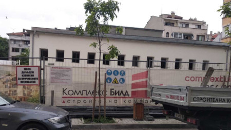 """Частна фирма започна строителство на 6-етажна жилищна сграда в двора на училище """"Любен Каравелов"""" в Бургас. Изкопните работи са стартирали на 7-и май."""