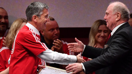 Ули Хьонес (вдясно) остава почетен президент на