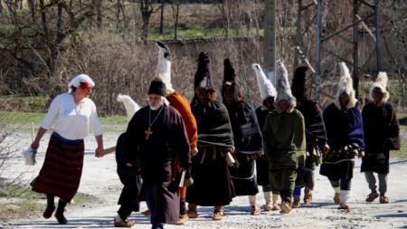 """""""Черните кукери"""" във Веселиново са само мъже."""