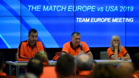 Карамаринов (в средата) по време на пресконференцията на тима на Европа.