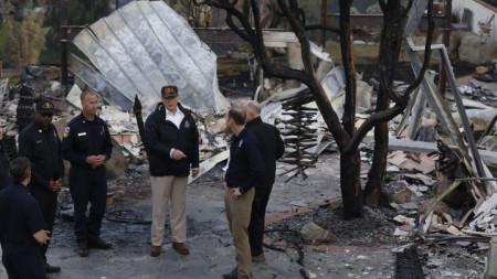 Доналд Тръмп в опустошен от пожарите район на Калифорния.
