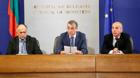 Проф. Костов (в средата) при представянето на МЕС