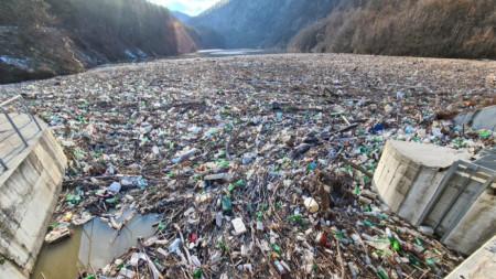 Плаващото сметище на река Искър