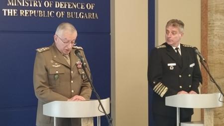 Адмирал Емил Ефтимов (вдясно) и председателят на Военния комитет на ЕС ген. Клаудио Грациано след срещата им в Министерството на отбраната.