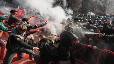 Сблъсъци между националисти и силите на реда в Киев.