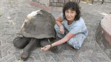 Магдалена Гигова с костенурка