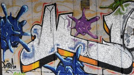 Коронавирусите навлязоха трайно в уличното изкуство - графити в Лондон.