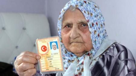 Еше Гелебек с личната си карта, в който пише, че е родена на 1 юли 1894 г.