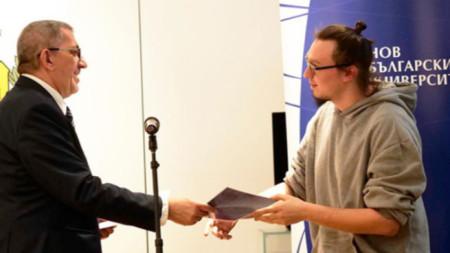 Боян Крачолов получава наградата си от Георги Арнаудов