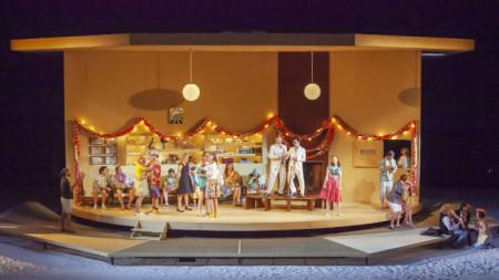 """Сцена от """"Така правят всички жени"""" на В. А. Моцарт на Националната опера в Амстердам"""
