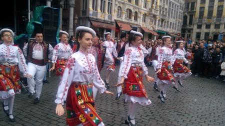 Десетки се включиха в традиционното българско хоро на централния площад в Брюксел по случай Великденските празници