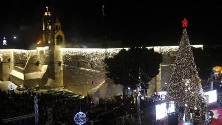 Част от церемонията по запалването на светлините на коледното дърво пред храма