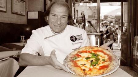 Държейки пица, Дженаро Лучано не може да не се усмихне