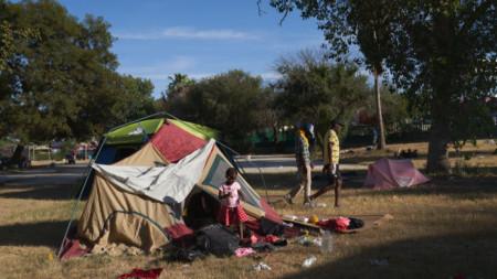 Мигранти лагеруват в парк в Сиудад Акуна, Мексико, след заплахата да бъдат депортирани от САЩ.