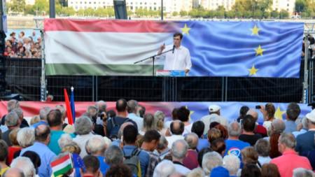 Опозиционният лидер Гергели Карасони говори на проевропейския протест в Будапеща