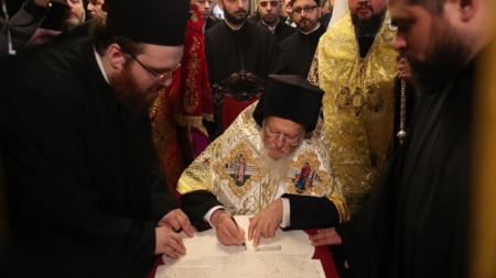 Вселенският патриарх Вартоломей подписва в Истанбул томоса за автокефалията на Украинската православна църква.